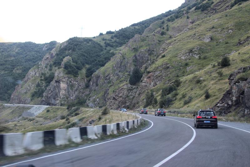 车队进入格鲁吉亚,行驶在北高加索地区。摄影:董方方