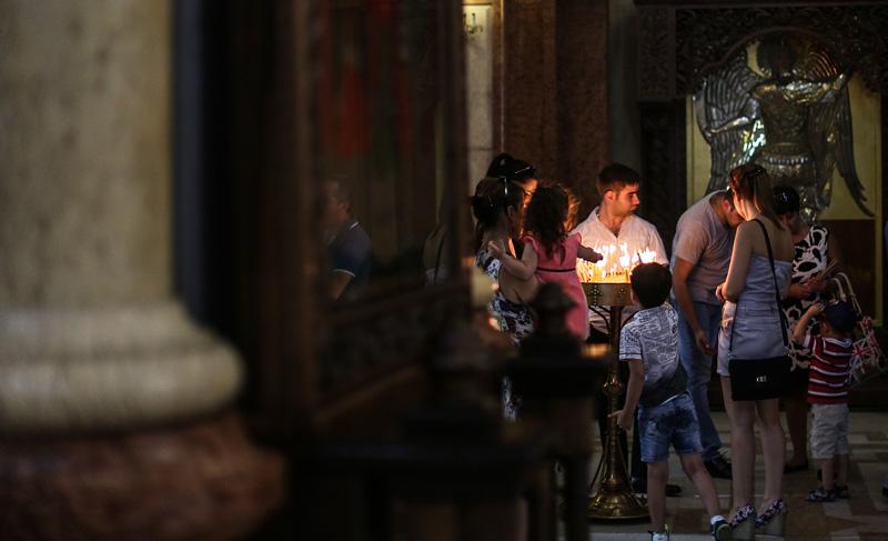 前来姆茨赫塔古城教堂的当地民众。摄影:孟菁