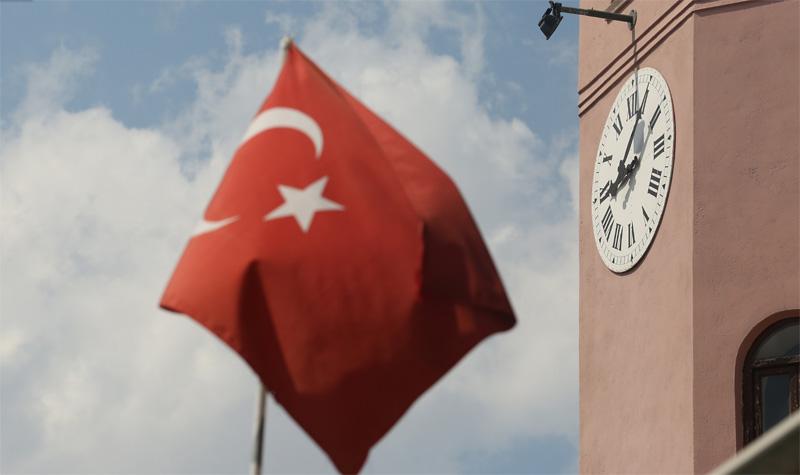 古钟与土耳其国旗。摄影:孟菁