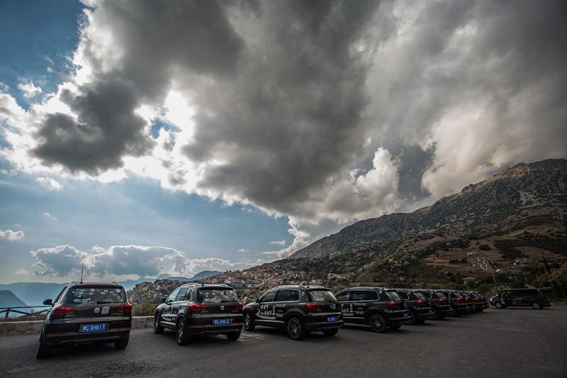 新途观车队在希腊行进途中停车小憩。摄影:孟菁