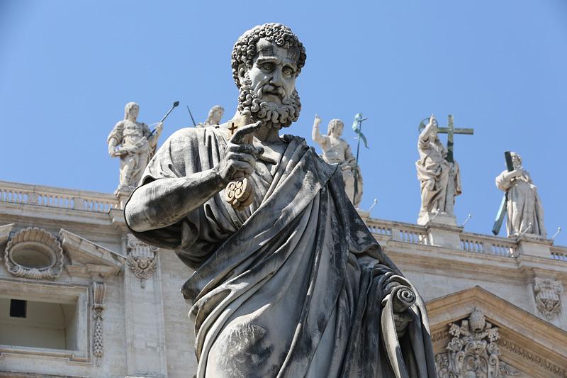 圣彼得大教堂,是罗马基督教的中心教堂,位于梵蒂冈,全世界第一大教堂。图为教堂前的圣彼得雕像。摄影:孟菁