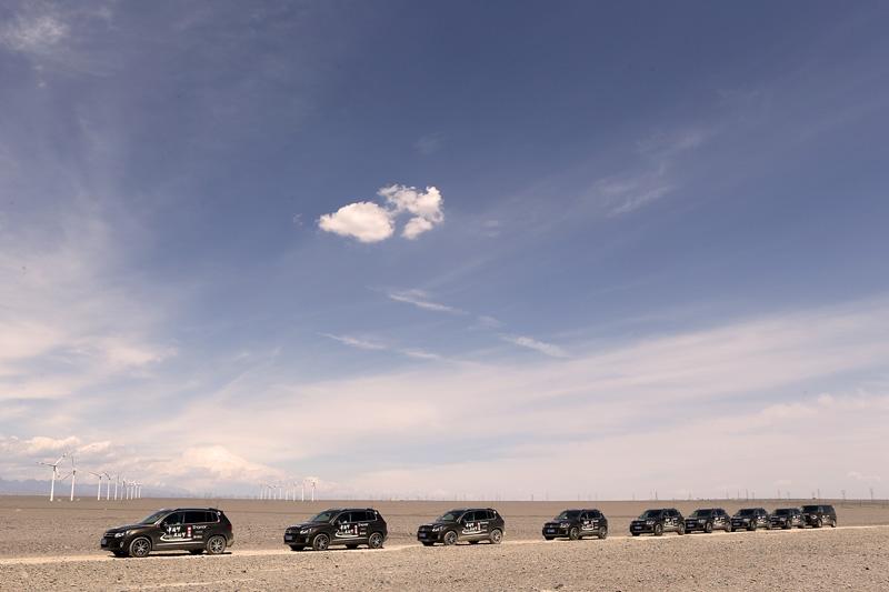 车队离开吐鲁番,在戈壁滩上行进。摄影:赵冰