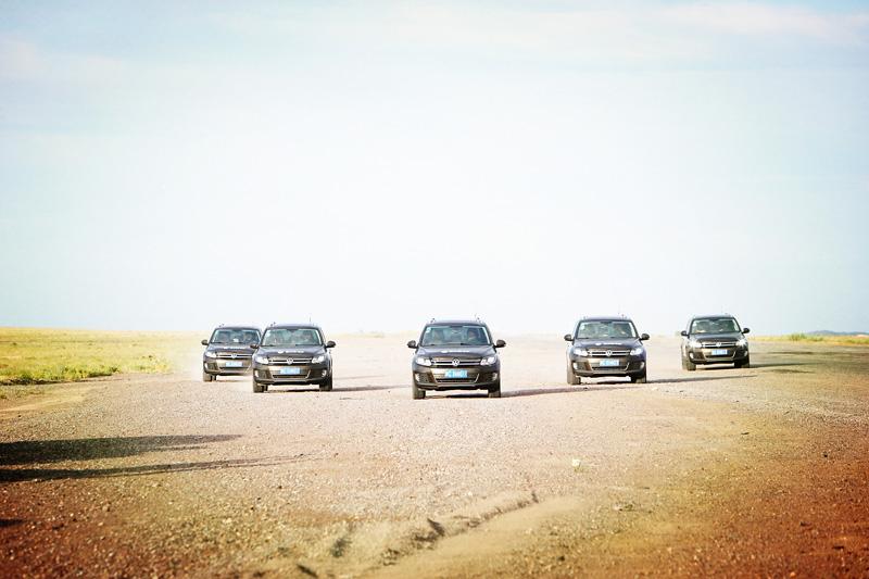 新途观车队离开阿拉木图,驰骋在一马平川的戈壁滩上。摄影:赵冰
