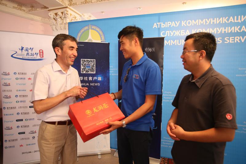 车队代表向当地政府官员赠送中国茶礼。摄影:赵冰