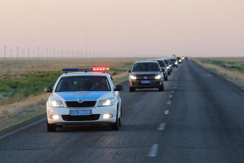 """当地警车为""""丝路梦""""车队开道。摄影:刘逵"""