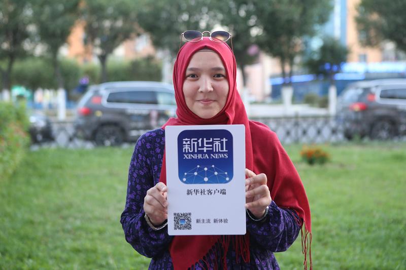 哈萨克斯坦市民展示新华社客户端。摄影:赵冰