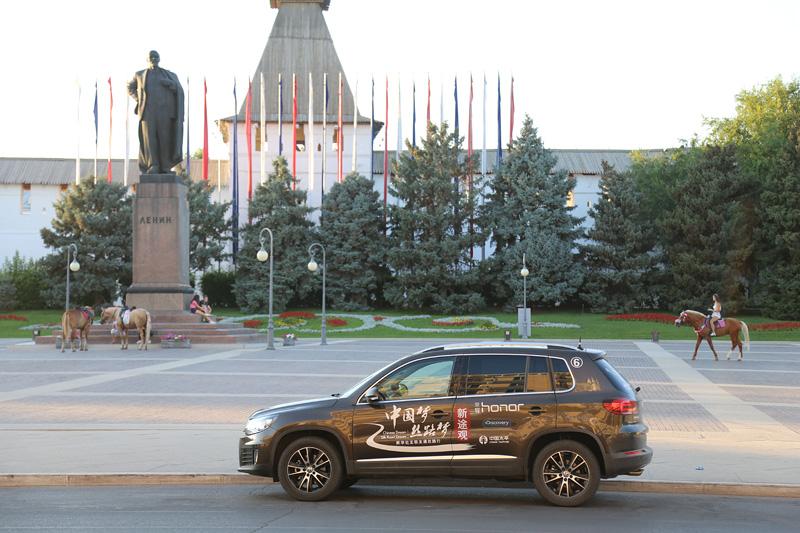 阿斯特拉罕,新途观与列宁雕像。摄影:刘逵