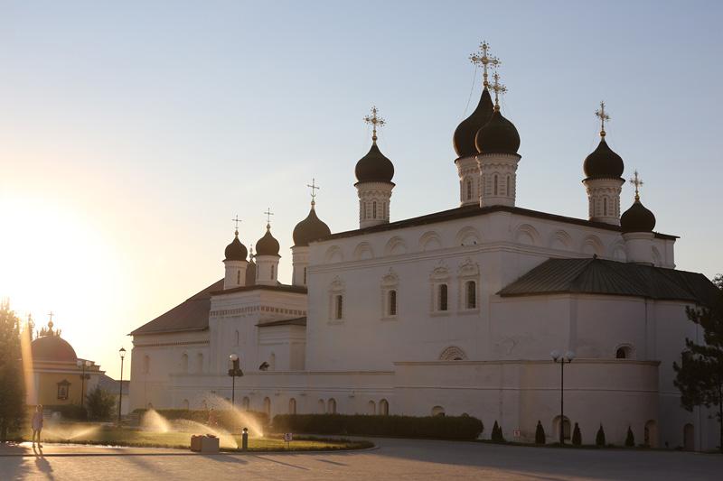 阿斯特拉罕位于伏尔加河三角洲地区,是伏尔加河流经的最后一个大城市,分布在有运河和小溪相连的11个岛屿上,人口约50万。阿斯特拉罕克里姆林宫建于16世纪,是俄罗斯东南边境的一个重要军事基地,也是俄罗斯古代筑城艺术中独特的历史遗址。摄影:焦旭锋