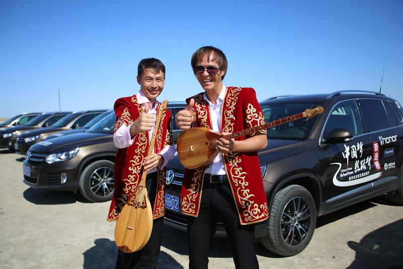 哈萨克斯坦民族音乐家与新途观车队。摄影:刘逵