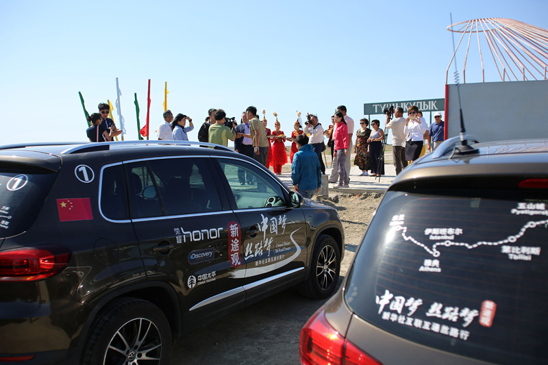 新途观车队成员在俄哈边境接受媒体采访。摄影:刘逵